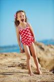 Kind am Strand am Sommer lizenzfreie stockfotografie
