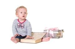 Kind studiert das Buch stockfotografie