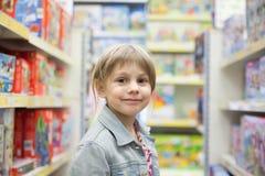 Kind in stuk speelgoed opslag Stock Fotografie