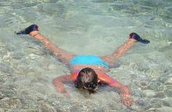 Kind Swim im Meer lizenzfreie stockbilder
