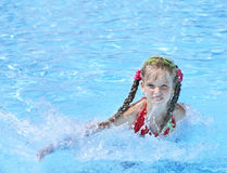 Kind Swim im Swimmingpool. stockbilder