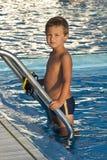 Kind am Swimmingpool Stockfotografie