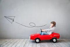 Kind täuschen vor, Geschäftsmann zu sein Stockfotos