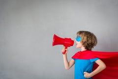 Kind täuschen vor, Superheld zu sein lizenzfreie stockfotos