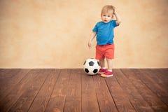 Kind täuscht vor, ein Fußballspieler zu sein Lizenzfreies Stockfoto