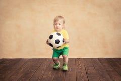 Kind täuscht vor, ein Fußballspieler zu sein Stockfotos