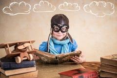 Kind täuscht vor, ein Pilot zu sein Stockfotografie