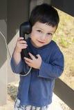 Kind in telefoondoos stock foto's