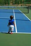 Kind am Tennis cort Lizenzfreies Stockfoto