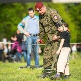 Kind tijdens demonstratie van het militaire en reddingsmateriaal tijdens jaarlijkse Poolse nationale feestdag Stock Afbeelding