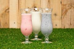 Kind tre av en milkshake royaltyfria bilder