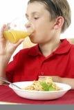 Kind-trinkender Saft Stockbilder