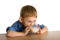 Kind trinkt Milch Lizenzfreie Stockfotos