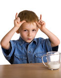 Kind trinkt Milcherscheinenhupen lizenzfreie stockfotos