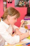 Kind tut Hausarbeit Lizenzfreies Stockfoto