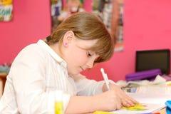 Kind tut Hausarbeit Lizenzfreie Stockfotos