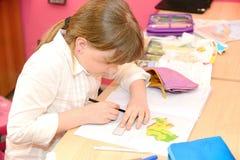 Kind tut Hausarbeit Lizenzfreies Stockbild