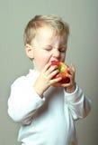 Kind und Apfel Lizenzfreies Stockfoto