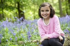 Kind und Bluebells Stockbilder
