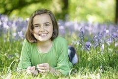 Kind und Bluebells Stockfoto