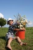 Kind und Blumen Lizenzfreie Stockbilder