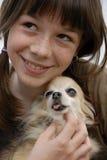 Kind und Chihuahua lizenzfreie stockfotos