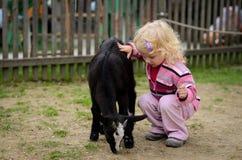 Kind und die Ziege Stockfotografie