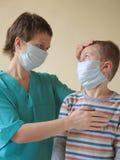 Kind und Doktor in der Schablone Lizenzfreies Stockbild