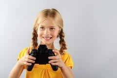 Kind und drahtloser Kontrolleur mit Kopienraum stockbild
