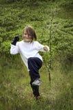 Kind und ein Baum-Schössling Stockfotos