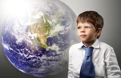 Kind und Erde lizenzfreies stockfoto