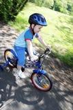 Kind und Fahrrad lizenzfreie stockfotos