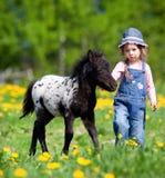 Kind und Fohlen, in archiviert Lizenzfreies Stockbild