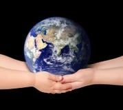 Kind und Frau hält Erdekugel an Stockfoto
