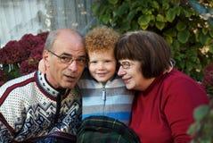 Kind und Großeltern Lizenzfreies Stockbild