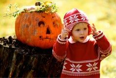 Kind und Helloween Kürbis Lizenzfreie Stockfotografie
