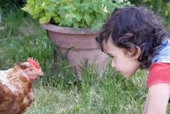 Kind und Huhn Stockfotos
