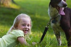 Kind und Hund Stockfotos