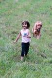 Kind und ihr Hund Lizenzfreies Stockbild