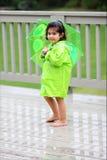 Kind und ihre Regengänge lizenzfreies stockbild