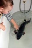 Kind und Karpfen Stockfotografie