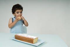 Kind und Kuchen Stockbild