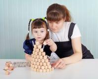 Kind und Lehrer spielten mit Lotto Lizenzfreies Stockbild