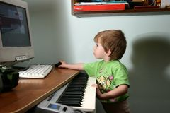 Kind und MIDI-Tastatur Stockfotos