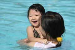 Kind und Mutter im Swimmingpool Lizenzfreies Stockfoto