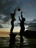 Kind und Mutter spielen mit Kugel in Sonnenuntergang 1 Lizenzfreie Stockfotos