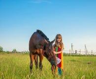 Kind und Pferd auf dem Gebiet Stockfotografie
