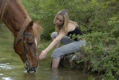 Kind und Pferd im Fluss lizenzfreie stockfotos
