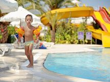 Kind und Pool Lizenzfreies Stockbild