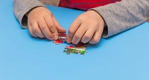 Kind und Puzzlespiele Lizenzfreies Stockfoto